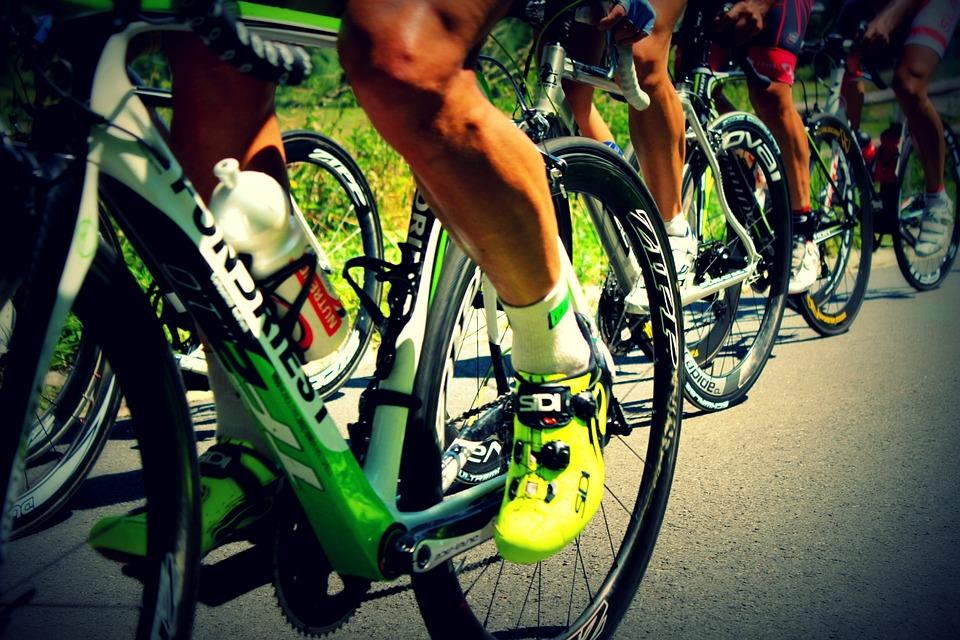 Ciclistas como una metáfora de motivación. Una de las ventajas de usar un gestor de proyectos online